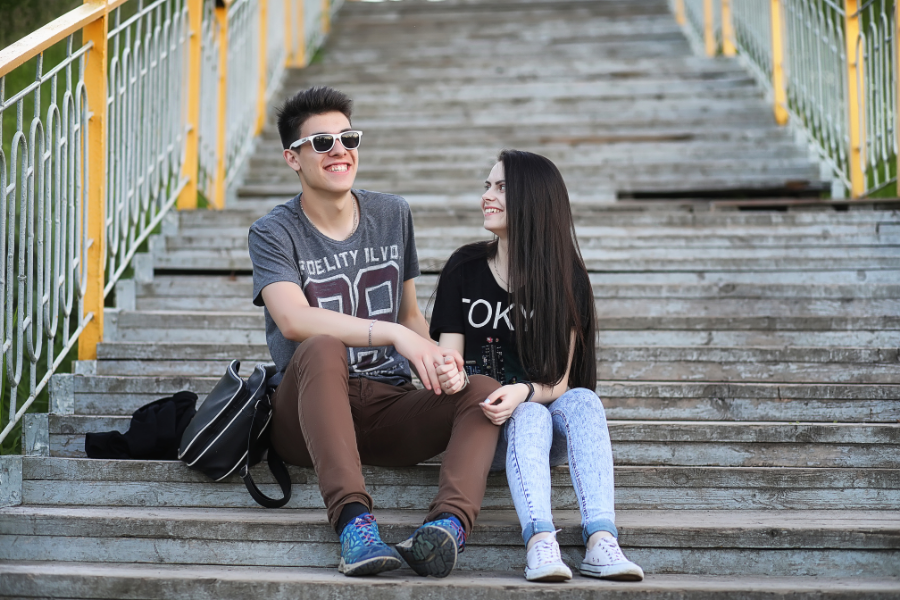 12 Easy Things To Talk About On The First Date For